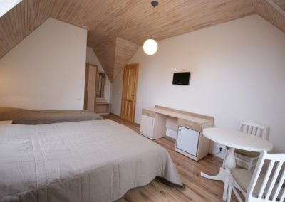 Trivietis kambarys antrame aukšte su balkonu (2+1)